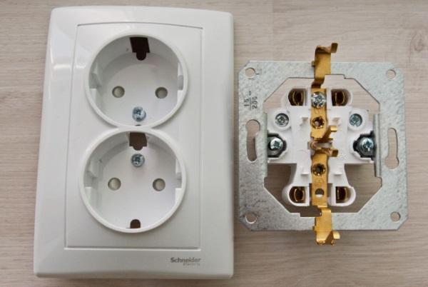 Двойная розетка с боковыми заземляющими контактами и шторками на контактах 04