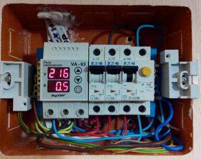 Установка реле контроля напряжения в электрическом щите