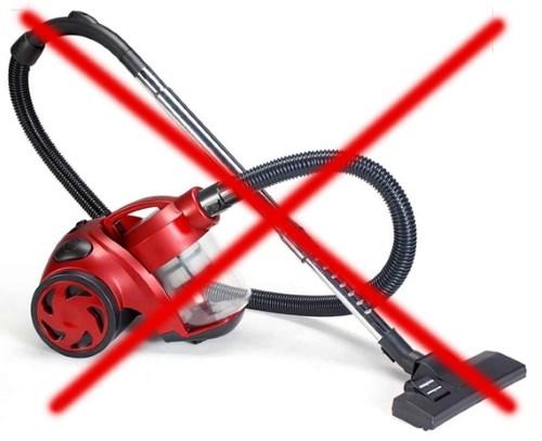 Собирать осколки стекла разбитой энергосберегающей лампы пылесосом запрещается