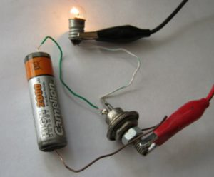 A circuit for checking the thyristor with a battery