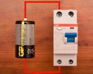 Проверка батарейкой